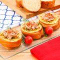 Bruschetta Tuna Pedas di atas kaca dengan tomat