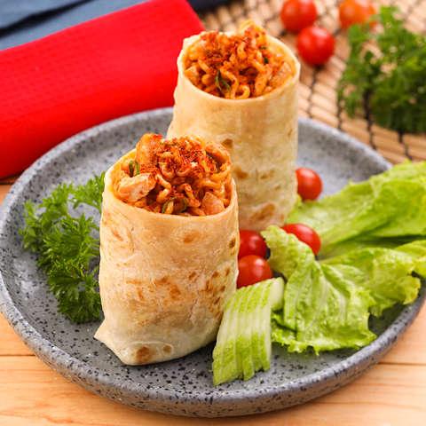 Sajikan Burrito Mie Pedas