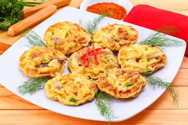 Omelette Mie dengan Ayam dan Sosis