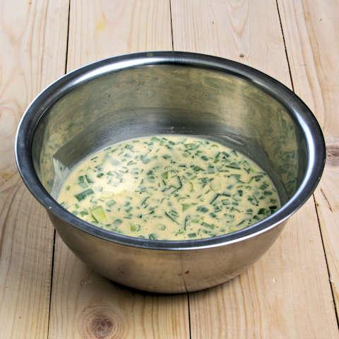 Masukkan daun bawang dan daun kucai.